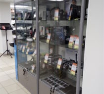Стеклянные витрины для магазина музыкальных инструментов
