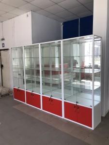 Стеклянная витрина для спорт инвентаря