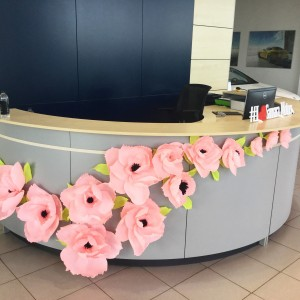 Украшение стены декоративными цветами